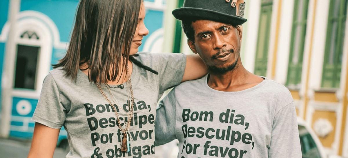 Uma camisa que veste duas pessoas. Você usaria?