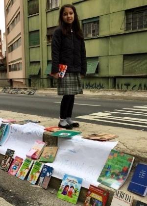 menina doa livros
