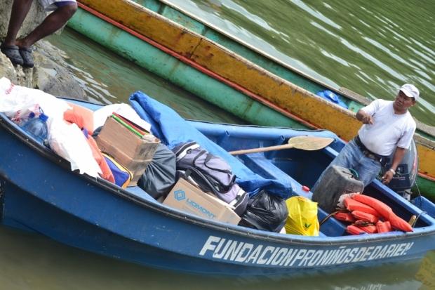 """O barco foi pilotado por 4 horas pelo funcionário Dilpio, à direita, levando cem pintinhos e alimentos do projeto """"Pollos de Engorde"""""""
