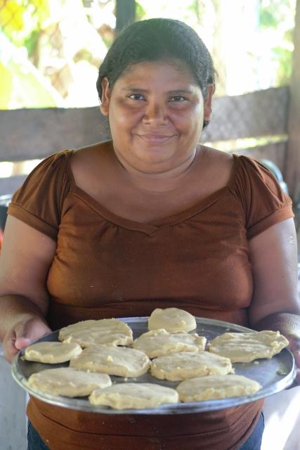 Marta é uma das mães, que se revezam para cozinhar a merenda escolar.
