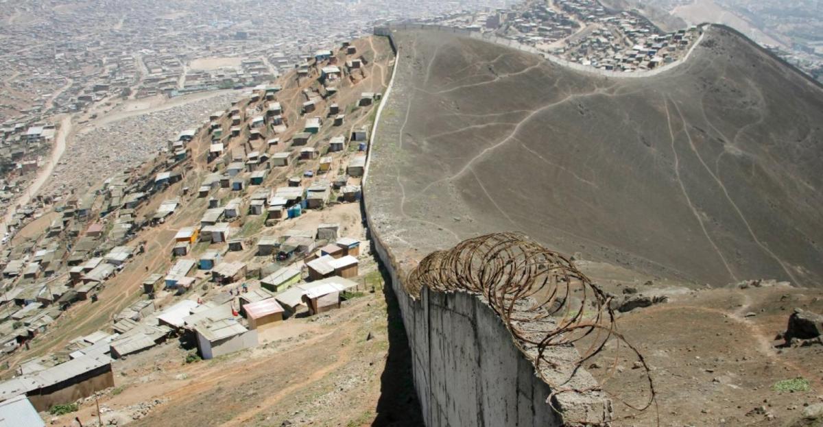 O polêmico muro que separa ricos e pobres em Lima.