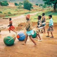 A invenção que está ajudando milhares de famílias transportarem água na África do Sul