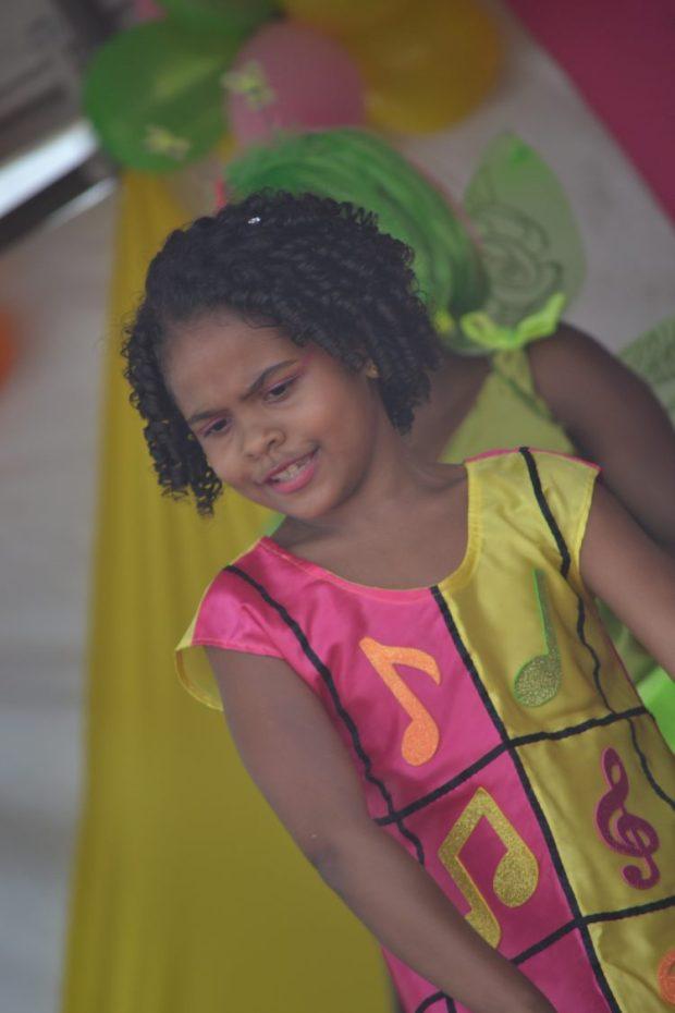 Crianças se apresentaram dançando e cantando no palco.
